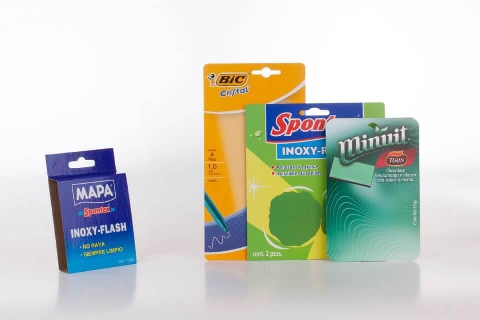 Tarjeta para blister en cartón impreso a color con aplicación de barniz termosellante.