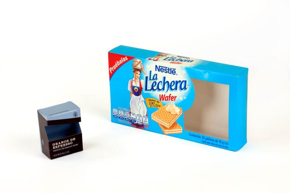 Caja plegadiza con copete y ranura y ventana de acetato.